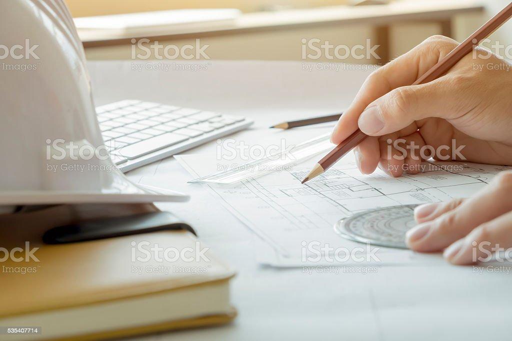 Architekt oder Ingenieur arbeiten im Büro, Bau-Konzept. – Foto