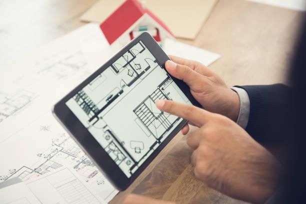 architekt haus grundriss client auf dem tablet pc zu präsentieren - herrenhaus grundrisse stock-fotos und bilder