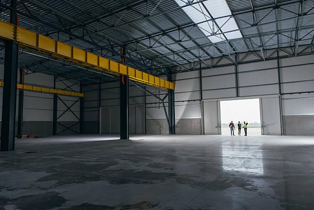 architect team at work site with blueprints - 工業建築物 個照片及圖片檔