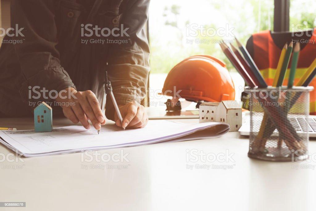Architektin Frau arbeiten mit Zirkel und Baupläne für architektonischen Plan, Ingenieur, ein Bau-Projekt-Konzept zu skizzieren. – Foto