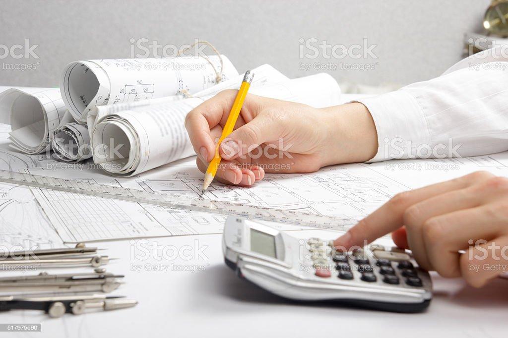 Architekt Arbeiten am Modell. Architekten Arbeitsplatz-architektonische Projekt, Entwürfe umgesetzt - Lizenzfrei Arbeiten Stock-Foto