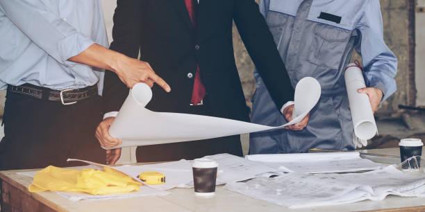Architekten und Geschäftspartnern auf der gleichen Mission orientierten Arbeitsplan konsultiert. – Foto
