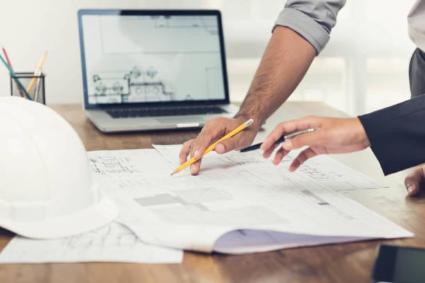 gespräch über ein projekt im büro architekten - architekturberuf stock-fotos und bilder