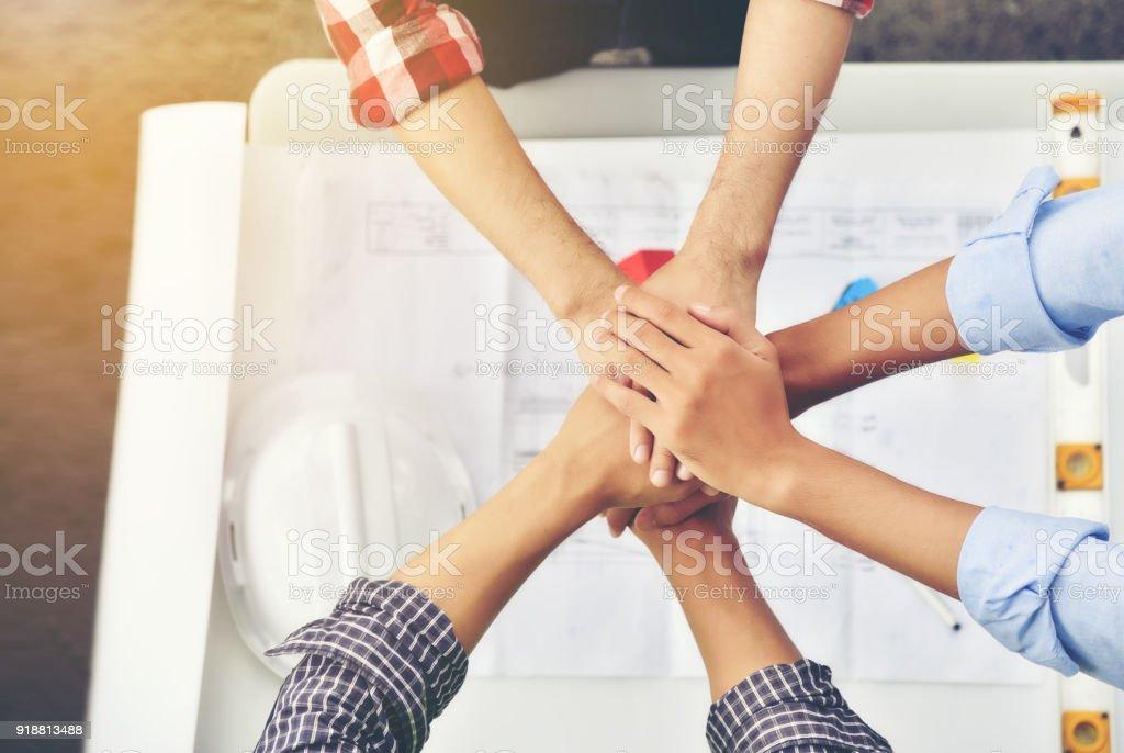 Architekten, Ingenieure und Unternehmer sind Hände für die Einheit verbinden. Zusammenarbeiten im Team erfolgreich zu arbeiten. – Foto