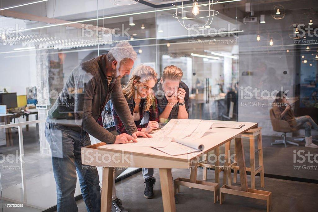 Architekten arbeiten zusammen auf Werkzeuge im Büro. – Foto