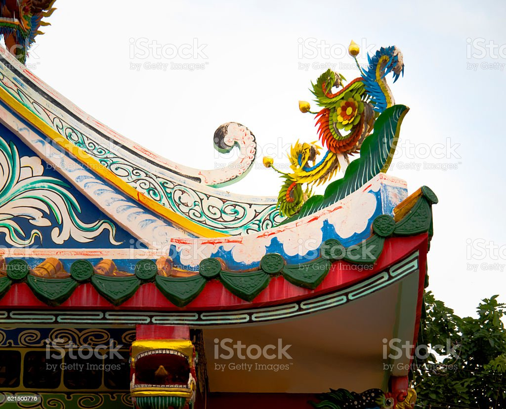 Architectural Detail: Dragon Statue on Chinese Temple Roof foto stock royalty-free