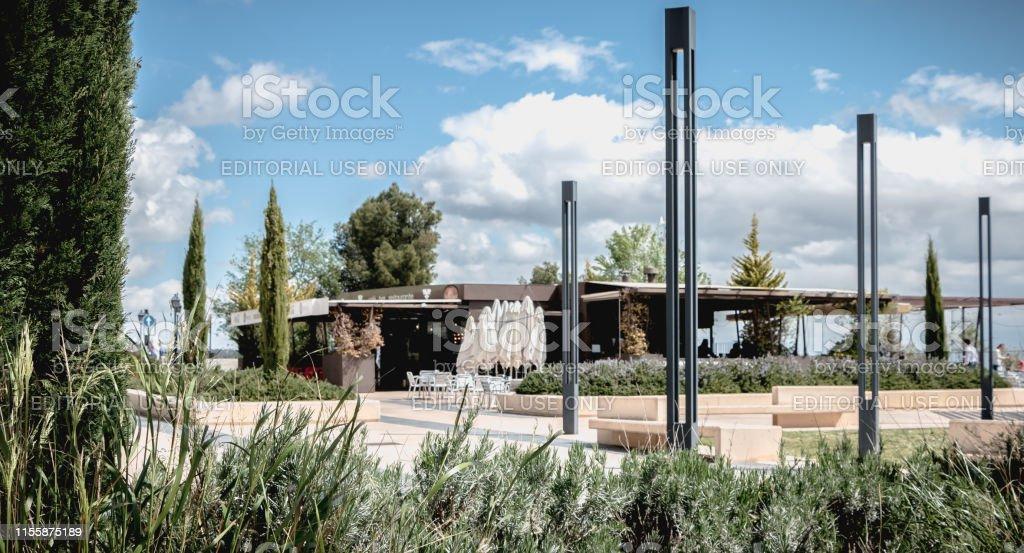 Detalle Arquitectónico De Una Cafetería Y Su Terraza Con