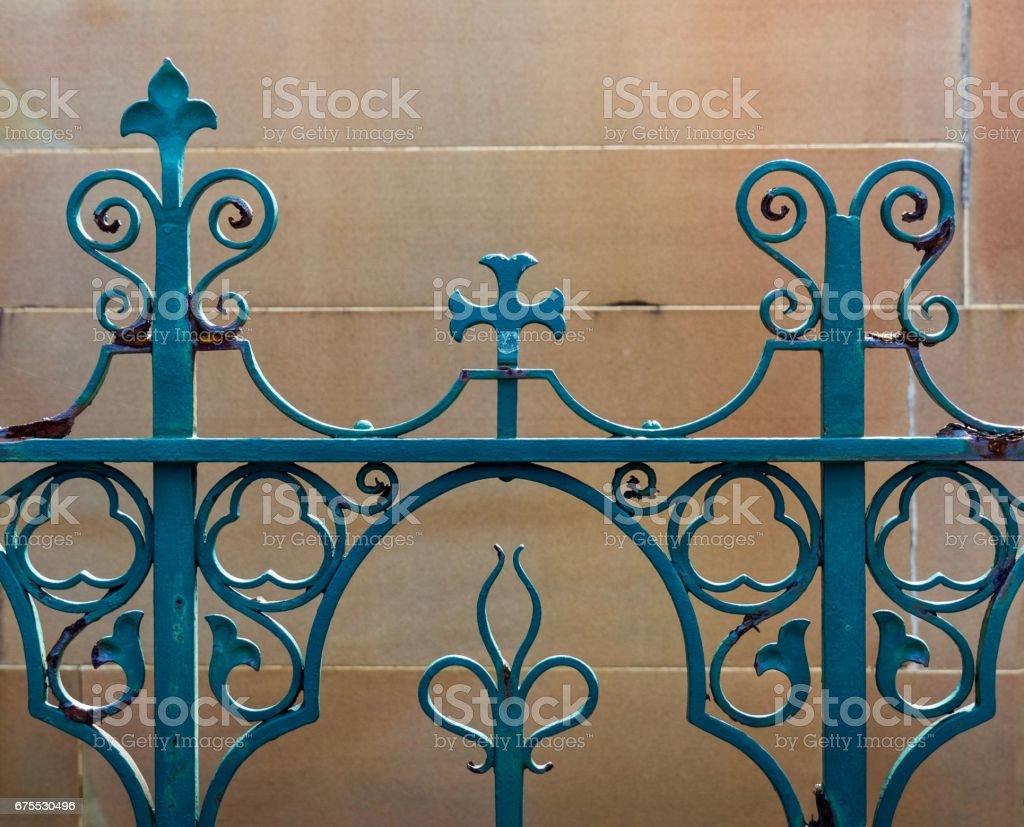 Détails architecturaux: Vieux Design rambarde vert sur fond de mur de grès photo libre de droits