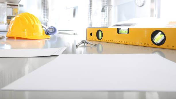 architekturbüro schreibtisch hintergrund bau projekt planungskonzept mit zeichnung ausrüstung helm, wasserwaage, kompass und blätter weiße raum kopiervorlage - unterrichtsplanung vorlagen stock-fotos und bilder