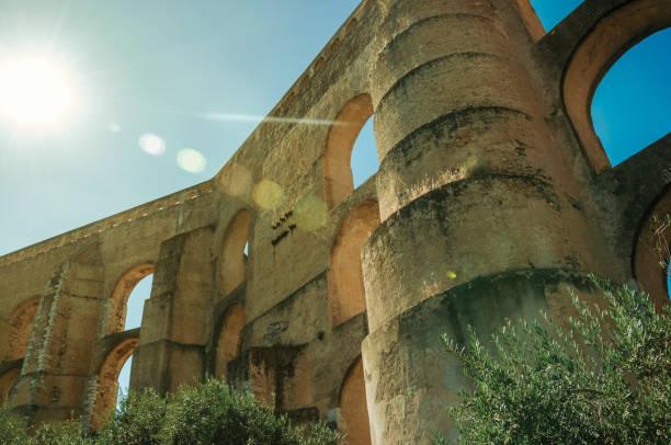 architectural structure of aqueduct with arches and rectangular pillars - portalegre imagens e fotografias de stock
