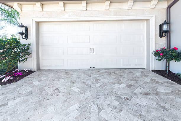 architektur: neues haus mit garage - carport stock-fotos und bilder