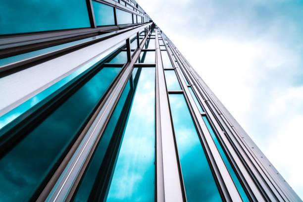 dettagli architettura facciata in vetro da costruzione moderna sfondo aziendale - costruire foto e immagini stock