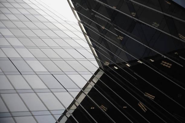 detalles de la arquitectura moderna. vidrio de fachada exterior en detalle - característica arquitectónica fotografías e imágenes de stock