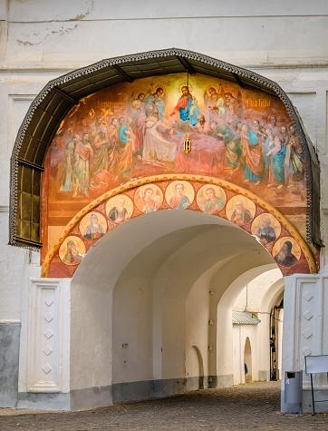Architecture Details Of Holy Gates In Sergiyev Posad Russia - zdjęcia stockowe i więcej obrazów Architektura