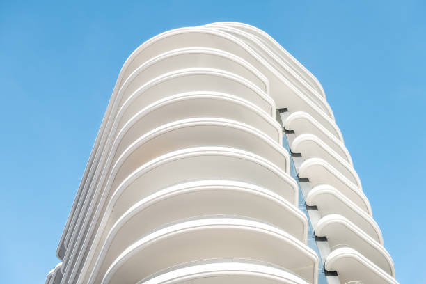 architektur, außenfassade abstrakten blick auf moderne wohn-, wohnung, eigentumswohnung, eigentumswohnanlage wand mit licht und schatten mit wellenformen isoliert gegen blauen himmel - bogen bauen stock-fotos und bilder