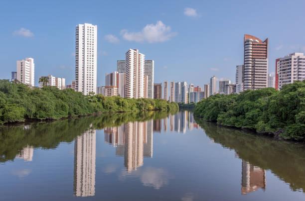 Architektur aus Recife Stadt reflektiert auf dem Capibaribe Fluss – Foto