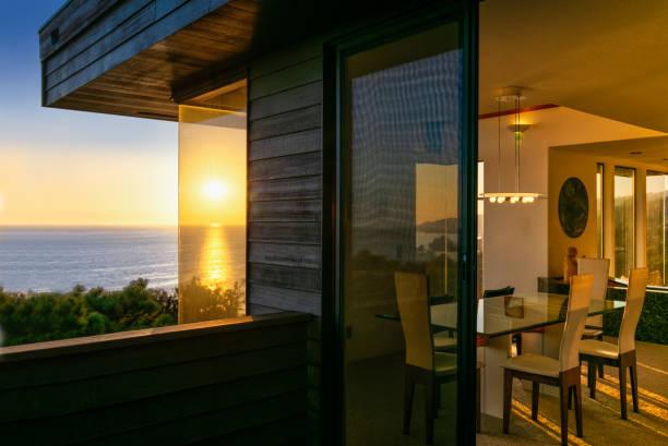 Architektur: Haus bei Sonnenuntergang am Meer in Kalifornien – Foto