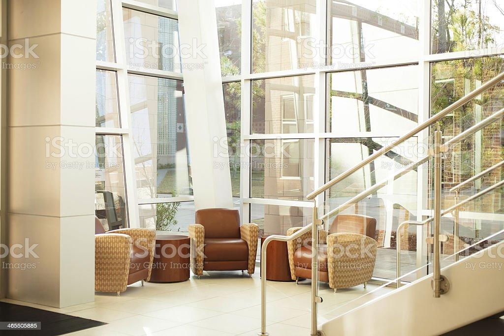 Architecture bureau moderne lobby escalier en verre acier fenêtres
