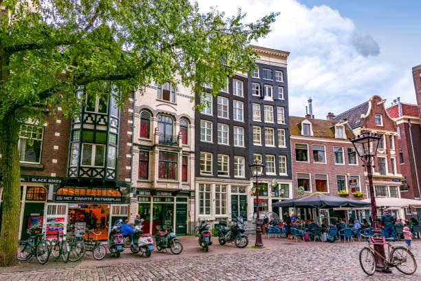 구 교회 근처 암스테르담의 건축 (우 데 커크), 네덜란드 - 암스테르담 뉴스 사진 이미지