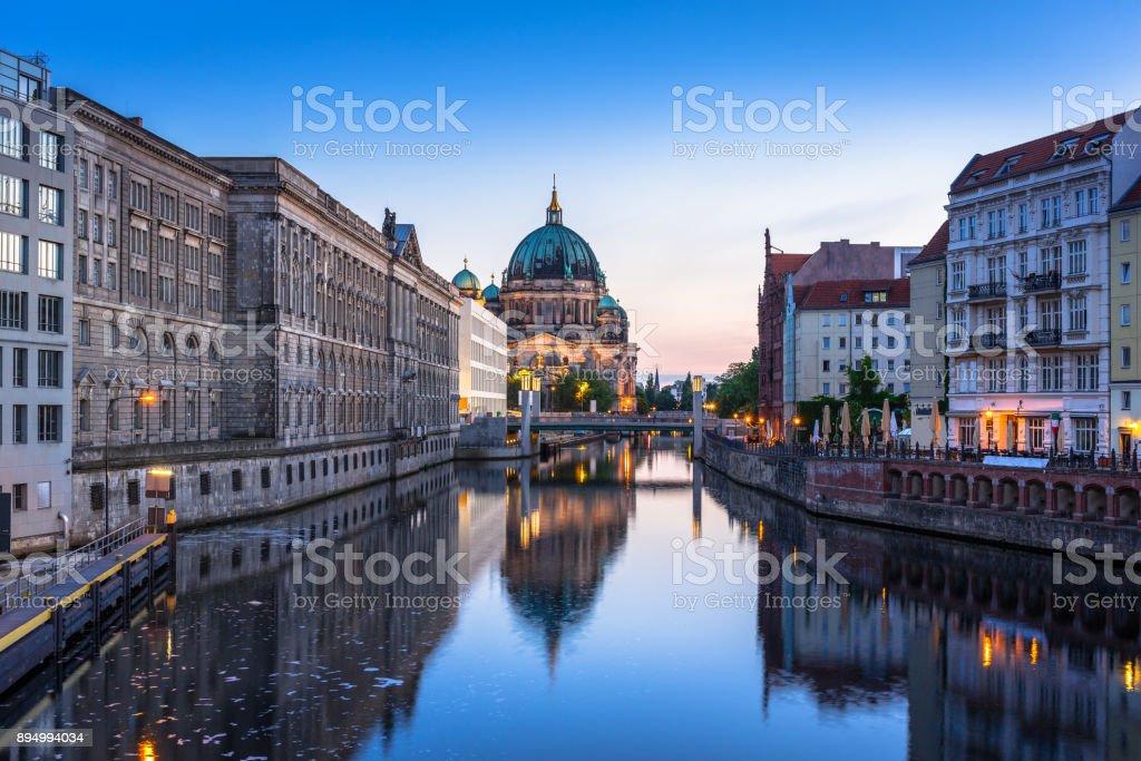 Architektur von Berlin spiegelt sich in der Spree entlang – Foto