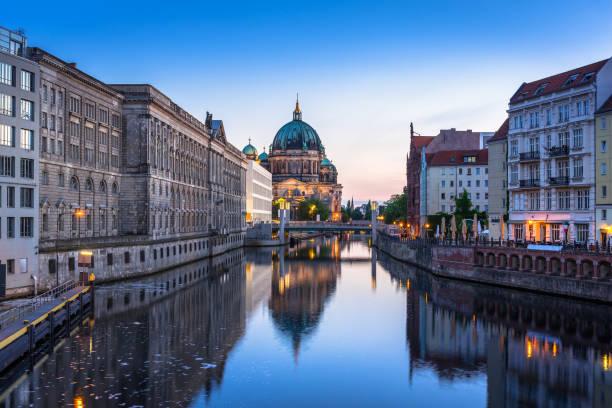 architektur von berlin spiegelt sich in der spree entlang - brücke museum berlin stock-fotos und bilder