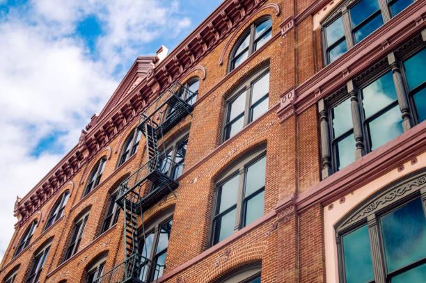 Architektur der Altstadt in Los Angeles. Alte Fenster und Feuerleiter – Foto
