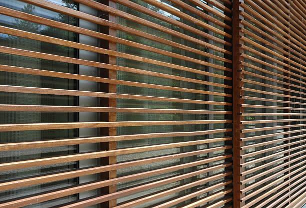 arquitetura de madeira ecrã - com portada imagens e fotografias de stock