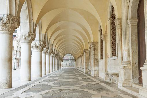 Archway Underneath The Doges Palace Horizontally - Fotografie stock e altre immagini di Architettura