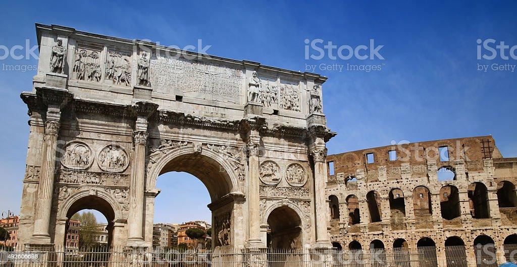 Arco de Constantino e do Coliseu, em Roma, Itália - foto de acervo