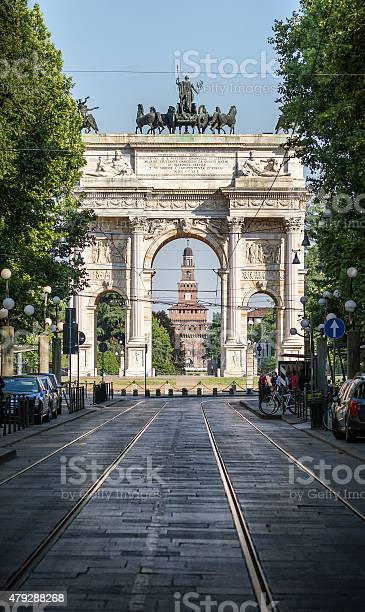 Arco Della Pace Con Castello Sforzesco In Backgroundmilano - Fotografie stock e altre immagini di 2015