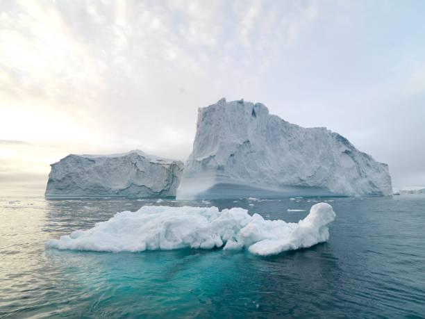 北極海のグリーンランドの北極の氷山 - アイスクライミング ストックフォトと画像