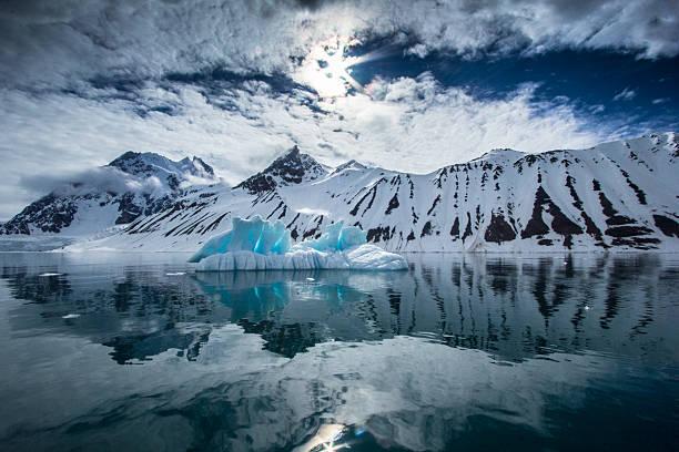 Arctic primavera en south Spitsbergen. - foto de stock