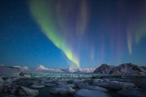 北極冬の南スピッツベルゲンます。aurora borealis は、氷河ます。 - 南極旅行 ストックフォトと画像