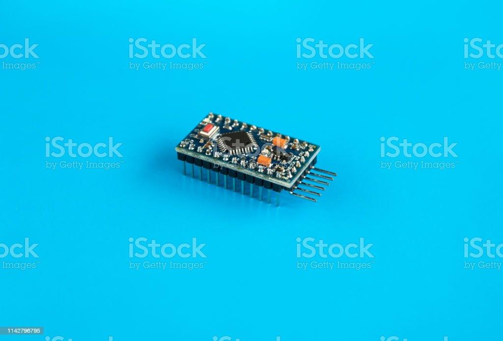 Arduino Pro-Mini microcontrolador para investigaciones y desarrollo de dispositivos DIY - foto de stock