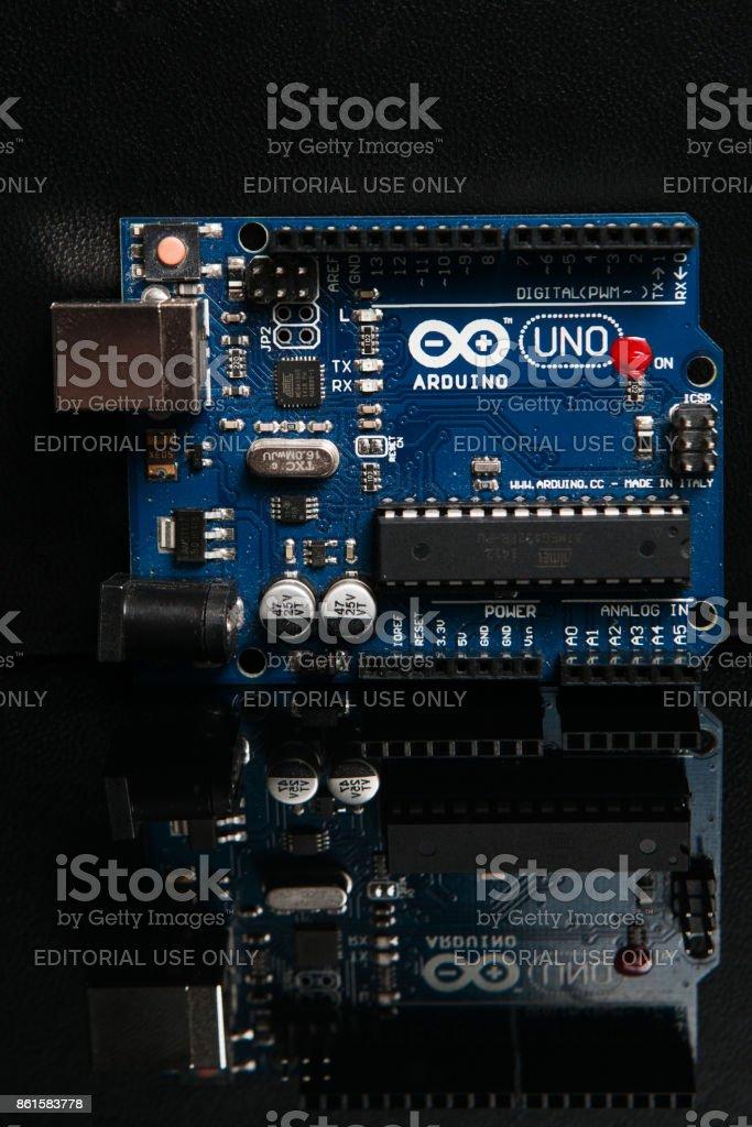 Tablero de Arduino UNO en fondo negro - foto de stock