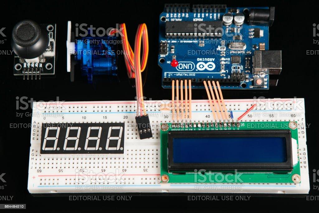 Tablero de Arduino UNO con componentes electrónicos - foto de stock