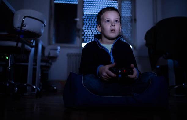 sind video-spiele süchtig? - free online game stock-fotos und bilder