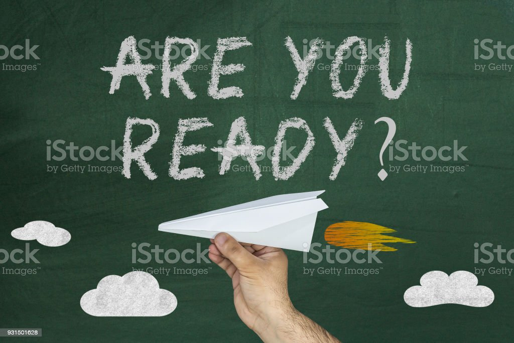 Vous êtes prêt texte et main avec avion sur tableau noir vert - Photo