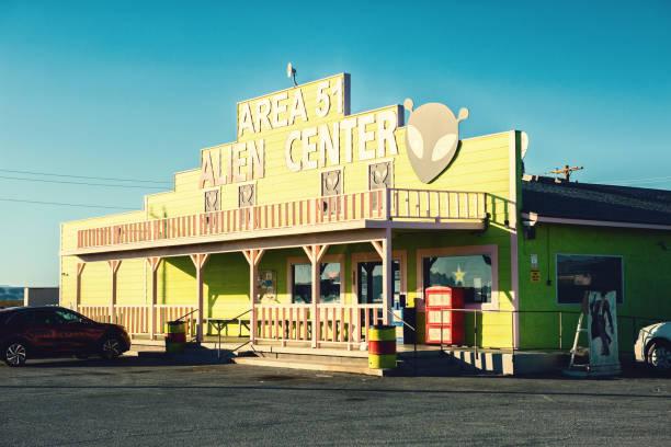area 51 alien center tienda y gasolinera amargosa valley, nevada, estados unidos - 26 de octubre de 2017: - numero 51 fotografías e imágenes de stock