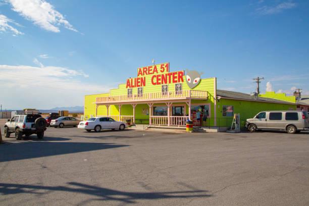 area 51 alien centro tienda y gasolinera - numero 51 fotografías e imágenes de stock