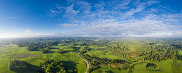Blick auf die Landschaft der Vecpiebalga. Eine Region in Vidzeme, Lettland. – Foto