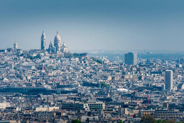Blick über Montmartre mit Sacre Coeur in Paris – Foto