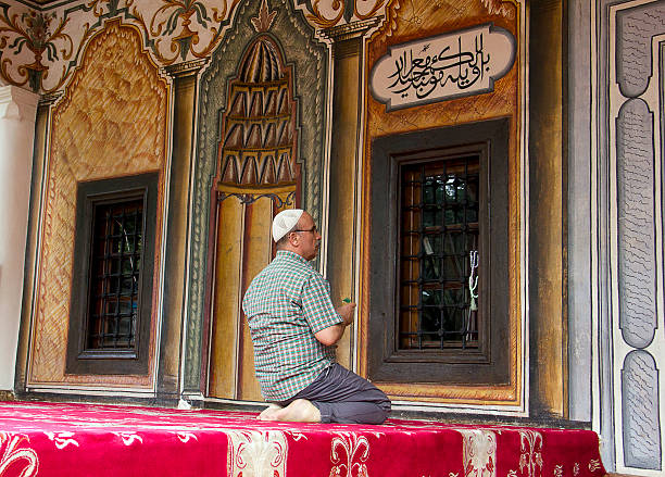 Šarena Džamija Tetovo, Macedonia - September 5, 2015: People pray and visit the mosque. Šarena Džamija, meaning Decorated Mosque in English, is a mosque located near the Pena River in Tetovo, Macedonia. The mosque was originally built in 1438 and later rebuilt in 1833 by Abdurrahman Pasha. Amen stock pictures, royalty-free photos & images