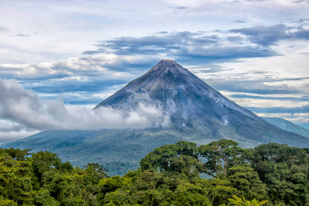 arenal vulkaan in costa rica - costa rica stockfoto's en -beelden