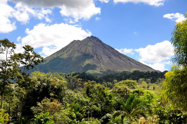 Arenal Volcano Arenal Volcano near La Fortuna, Costa Rica arenal volcano stock pictures, royalty-free photos & images