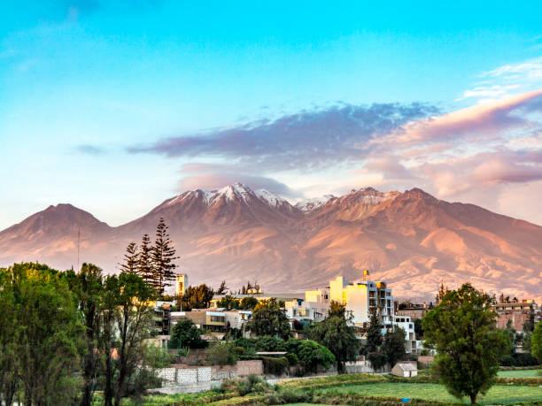 Arequipa, Peru mit seinen berühmten Vulkan Chachani im Hintergrund – Foto