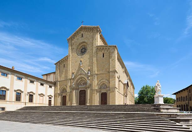 Arezzo Cathedral facade, Tuscany Italy Statue of Ferdinando I de' Medici in Arezzo, Tuscany Italy arezzo stock pictures, royalty-free photos & images