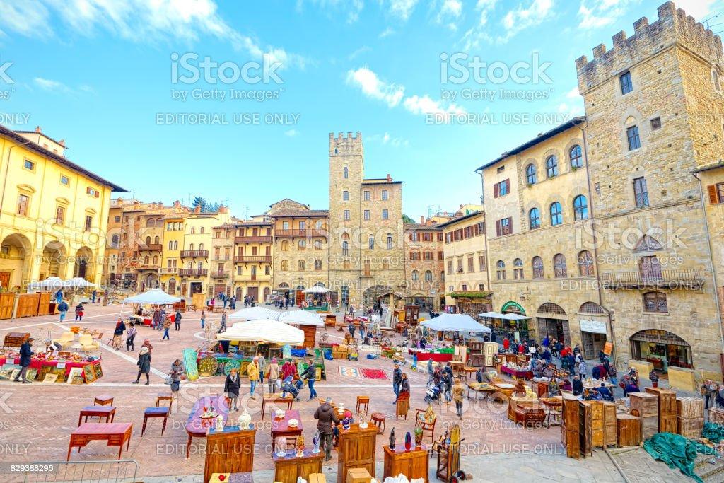 Arezzo (Tuscany), Italy: Antiques fair in the Tournament Square (super wide angle) - foto stock