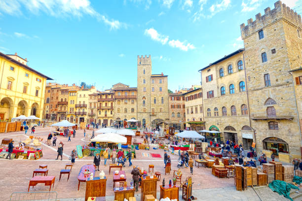 Arezzo (Tuscany), Italy: Antiques fair in the Tournament Square (super wide angle) The Antique Fair in Arezzo is the outdoor event dedicated to antiquarian, modern and vintage antiques and bigger in Italy. It was born in June 1968 from an idea of the historic antiquarian Ivan Bruschi and, uninterruptedly since that date, is held every first Sunday of the month and the previous Saturday in the streets of the historic center of Arezzo arezzo stock pictures, royalty-free photos & images
