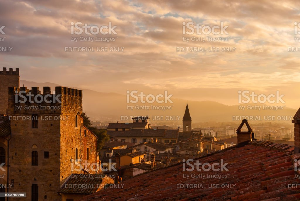 Arezzo sunset skyline with ancient buildings - foto stock